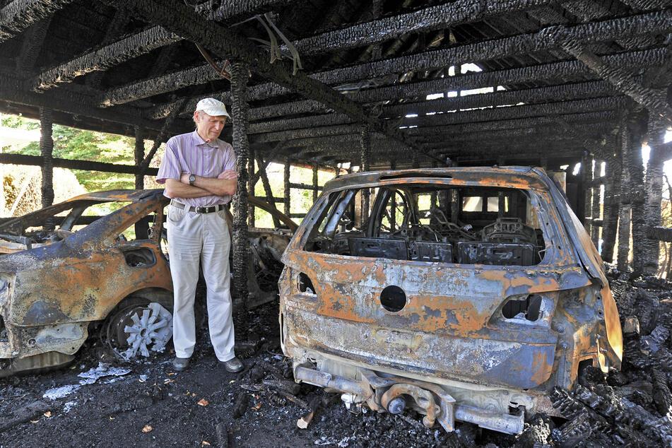 Günter Bartsch (79) steht in seiner völlig zerstörten Doppel-Garage. Das Feuer griff aufs Wohnhaus über. Eine Mieterin alarmierte seine Frau und ihn.