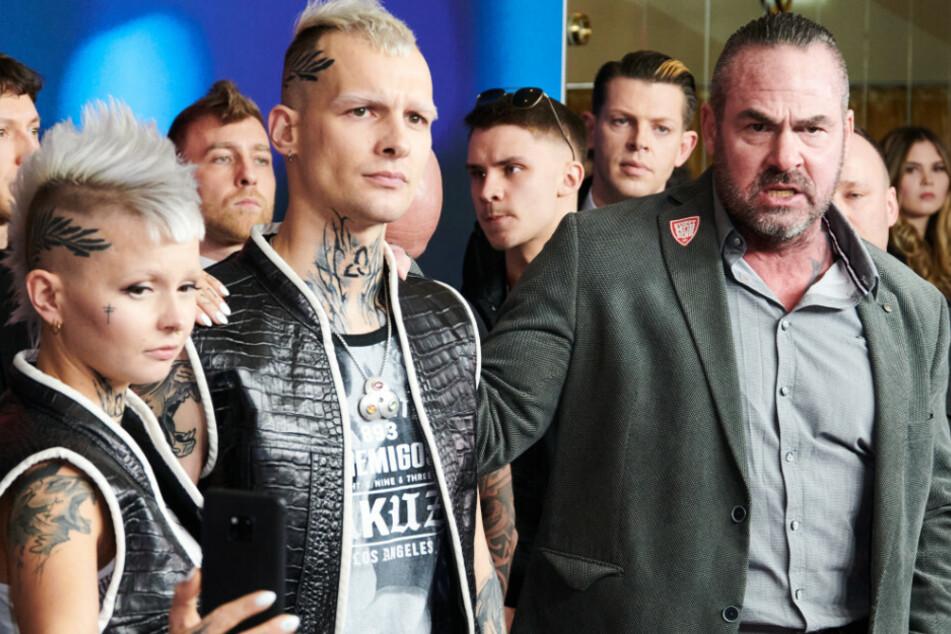 """Anti-Mobbing-Trainer Carsten Stahl (r) spricht bei der Premiere des ProSieben-Blockbusters """"9 Tage wach"""" zu Journalisten."""