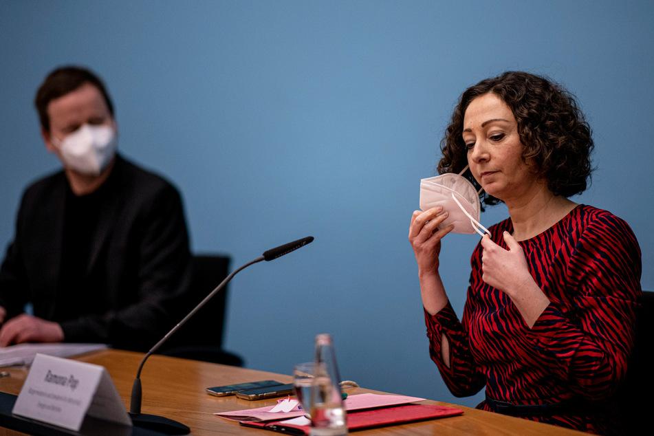 Ramona Pop (Bündnis 90/ Die Grünen), Senatorin für Wirtschaft, Energie und Betriebe, und Klaus Lederer (Die Linke), Kultursenator von Berlin, kommen zur Pressekonferenz des Berliner Senats im Roten Rathaus.