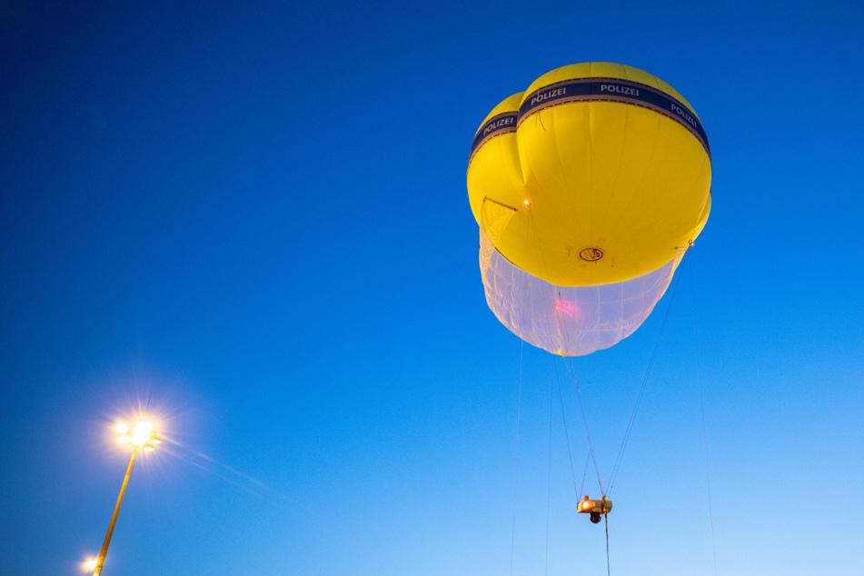 Ein mit Überwachungstechnik ausgestatteter Ballon der Polizei steigt auf dem Gelände der Internationalen Automobil-Ausstellung (IAA Mobility) in den Nachthimmel.