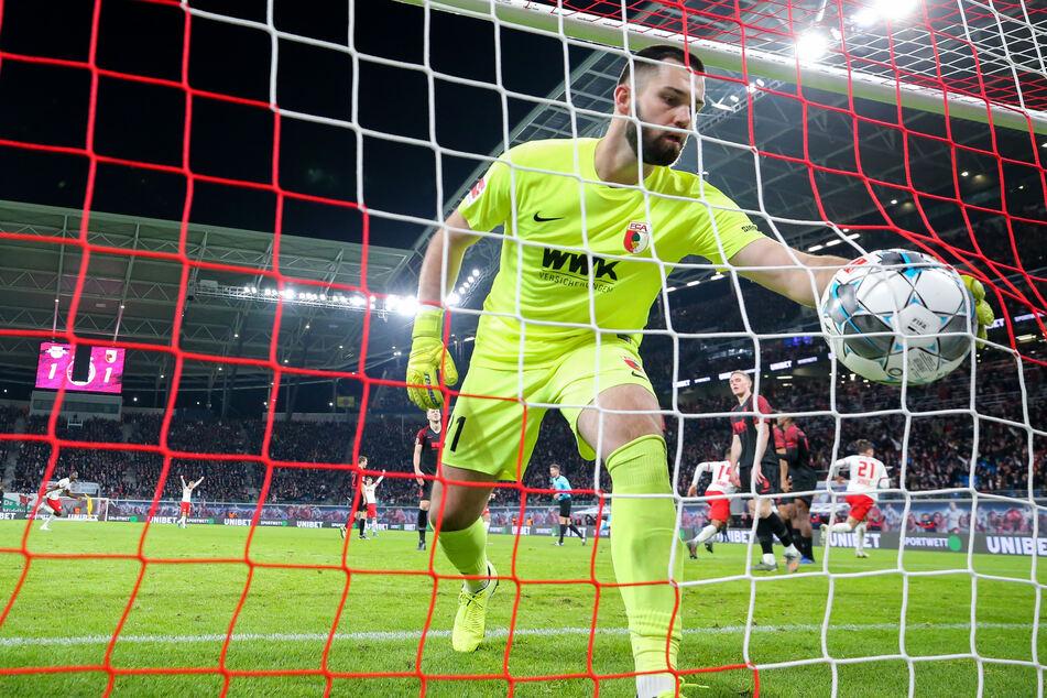 Der Augsburger Torwart Tomas Koubek (27) könnte Geisterspielen in der Fußball-Bundesliga auch positive Seiten abgewinnen.