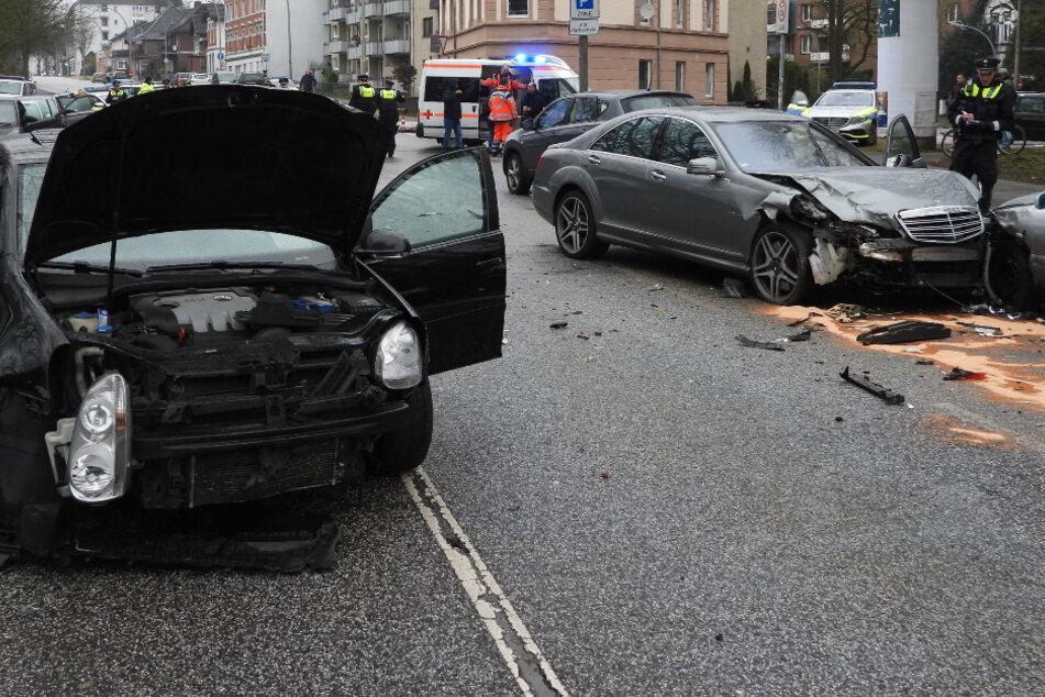 Frau crasht mit Luxus-Karre sechs Fahrzeuge, drei Menschen verletzt