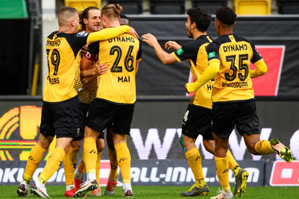 Yannick Stark (2.v.l.) ließ Dresden jubeln! Der Mittelfeldmann schoss Dynamo zum Heimsieg gegen Magdeburg.