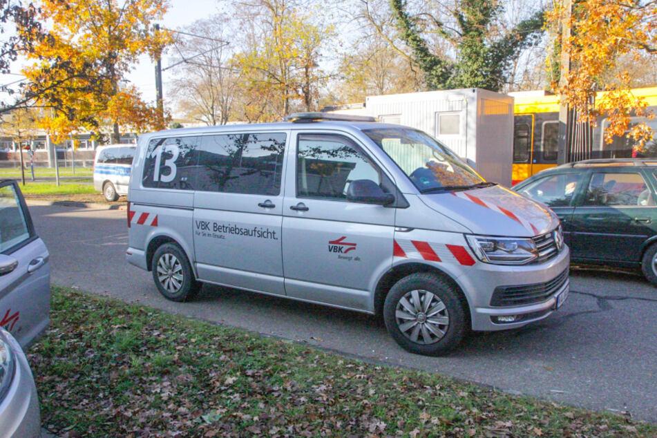 An der Unfallstelle waren unter anderem Polizei und die Betriebsaufsicht des Verkehrsbunds Karlsruhe vor Ort.
