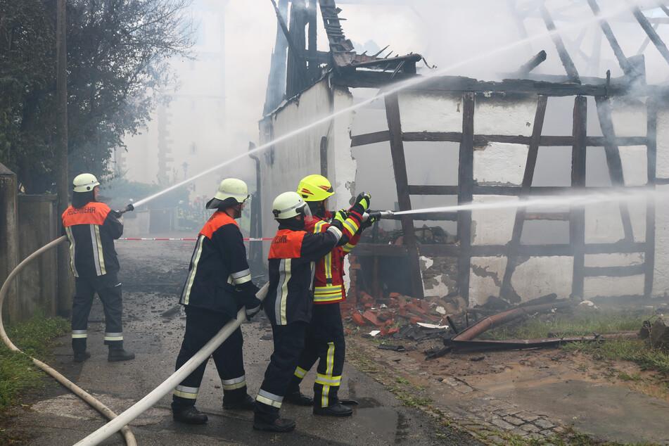 Feuer bei Kitzingen: Scheune brennt komplett nieder, auch Wohnhaus in Flammen