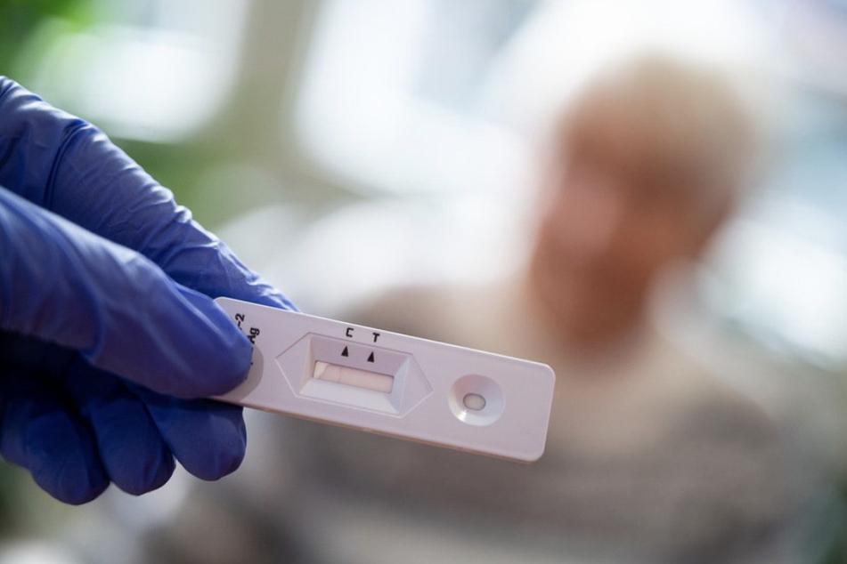 Ein Patient wartet auf das Ergebnis seines Corona-Schnelltest. Diese werden in Sachsen-Anhalt unterschiedlich wahrgenommen.