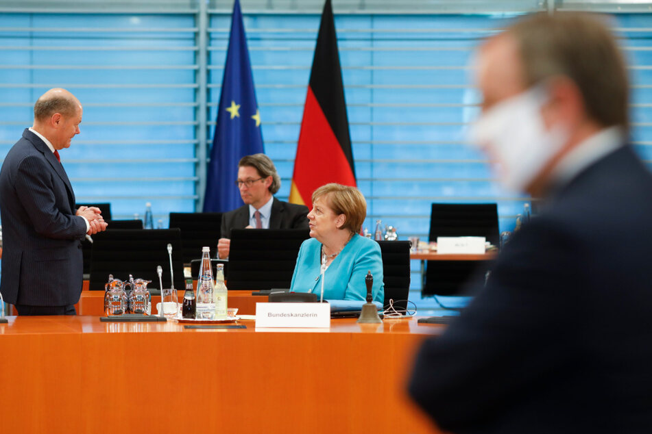 Bundeskanzlerin Angela Merkel (2.v.r, CDU), spricht am Mittwoch mit Bundesfinanzminister Olaf Scholz (l, SPD) vor einer Gesprächsrunde mit Ministerpräsidenten der Bundesländer im Kanzleramt. Im Hintergrund ist Andreas Scheuer (CSU), Bundesminister für Verkehr und digitale Infrastruktur zu sehen, und im Vordergrund Armin Laschet (r,CDU), Ministerpräsident von Nordrhein-Westfalen.