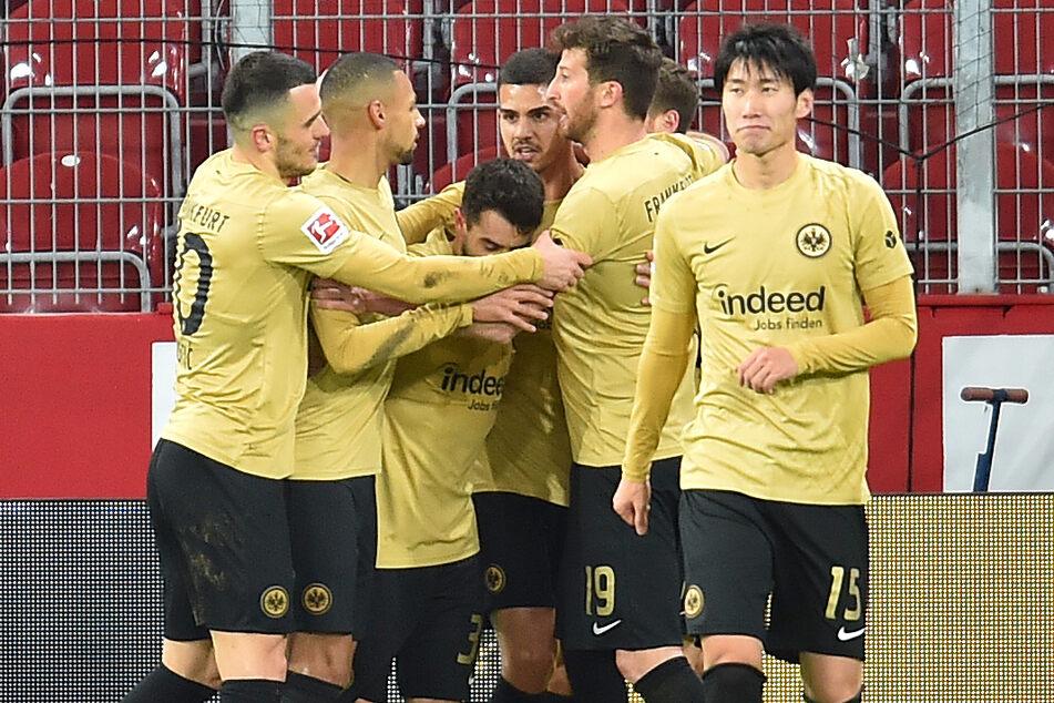 Die Spieler der Eintracht feiern das 2:0 durch André Silva (25/h.) gegen den 1. FSV Mainz 05.
