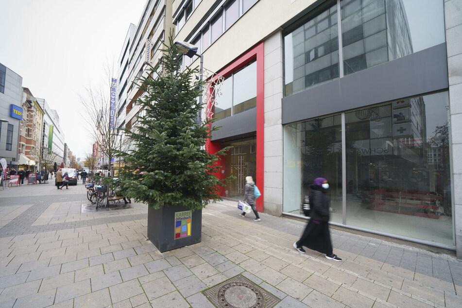 Ein noch ungeschmückter Weihnachtsbaum (M) steht den Eingang zur nahezu menschenleeren Fußgängerzone in der Offenbacher Innenstadt.
