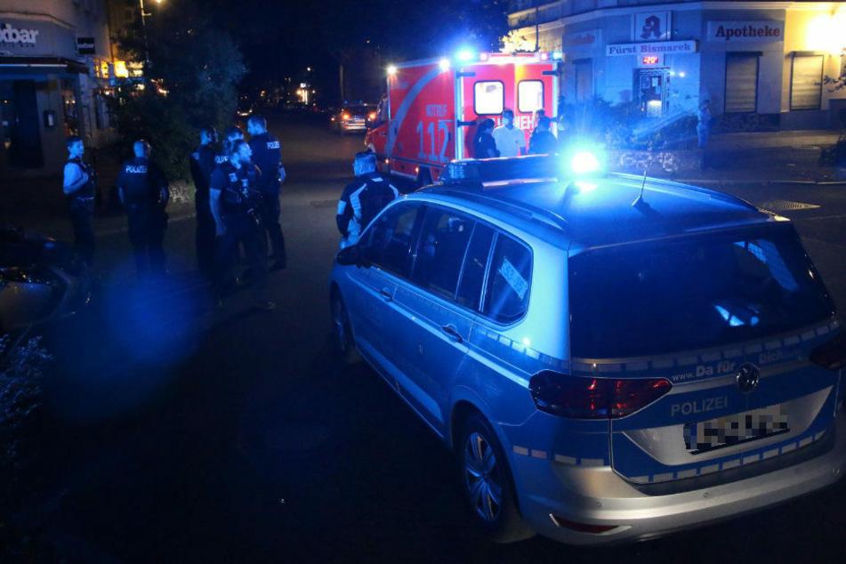 In Berlin-Kreuzberg ist in der Nacht zu Sonntag ein 28-jähriger Mann mit stark blutenden Stichverletzungen im Beisein der Polizei zusammengebrochen.