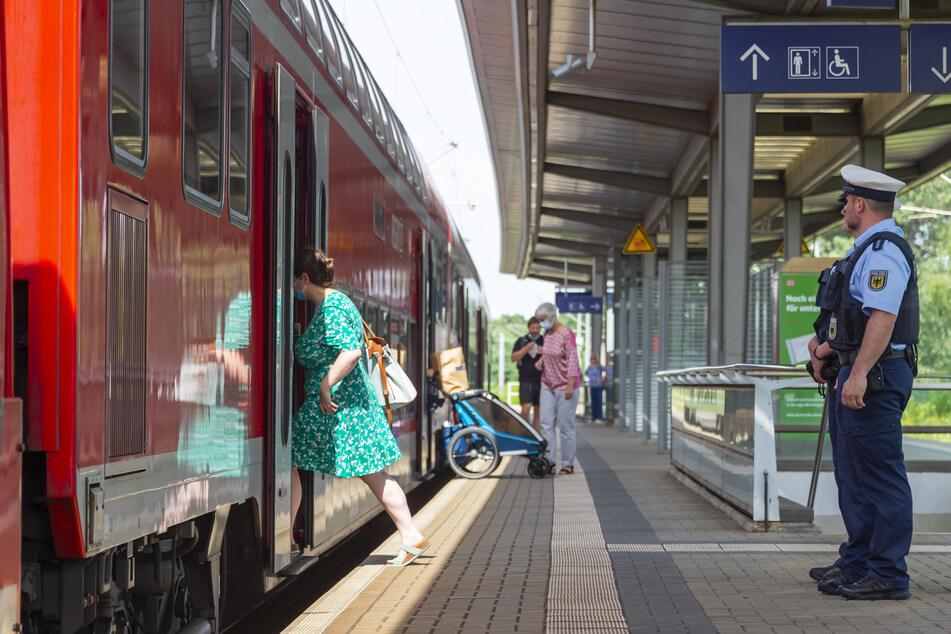 Polizeihauptmeister Thomas Bergel geht Streife auf dem Bahnsteig des DB-Haltepunktes Dresden-Reick.