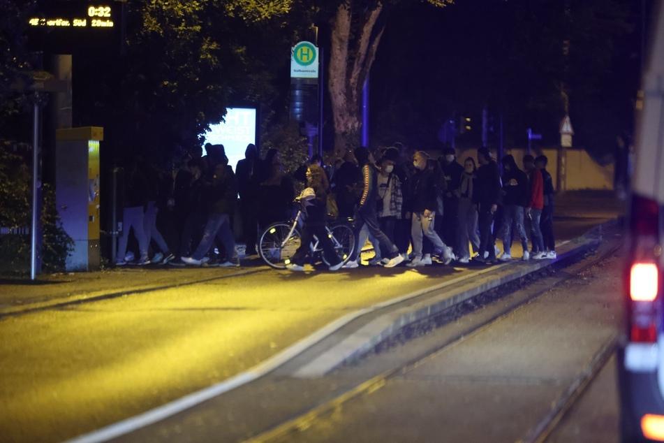 Viele junge Menschen stiegen aus der Tram aus und verschwanden.