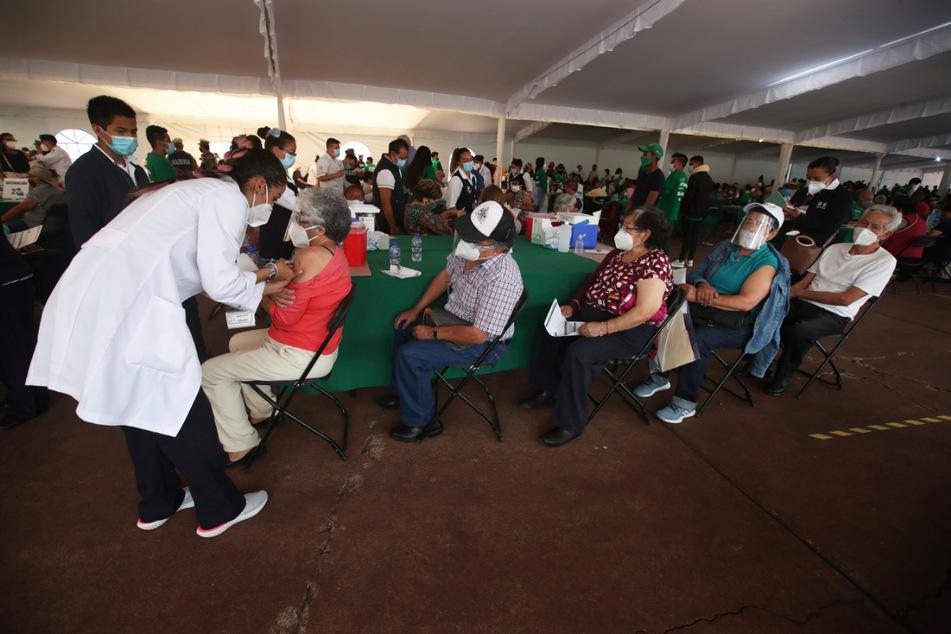 Mexiko-Stadt: Ein Mitarbeiter des Gesundheitswesens impft eine Person mit dem Covid-19-Impfstoff von AstraZeneca während einer Impfaktion für Personen über 60 Jahre.