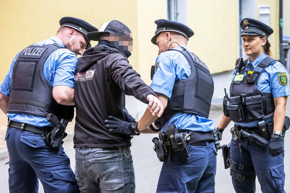 """(Gestellte) Polizeikontrolle unter dem Auge der Bodycam: (v.l.) Johannes Eckert (31), Kripobeamter (36) als """"Störer"""", Danny Chanes (33), Christiane Maul (33)."""