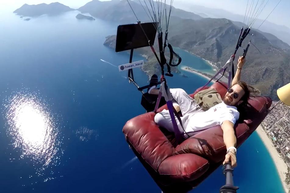 Typ fliegt mit Sofa und Fernseher durch die Lüfte