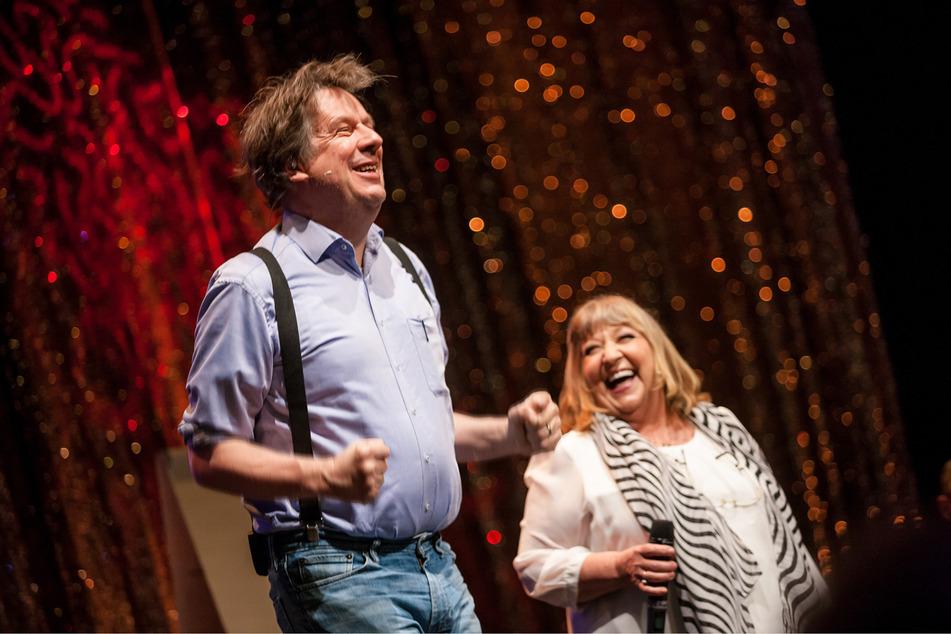 """Jörg Kachelmann (62) und Angelika Mann (72) sind die Gastgeber der Talkshow """"Kachel & Mann""""."""
