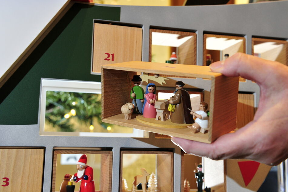 Hinter Türchen 24 stellen Holzfiguren die Szene von Jesu Geburt dar.