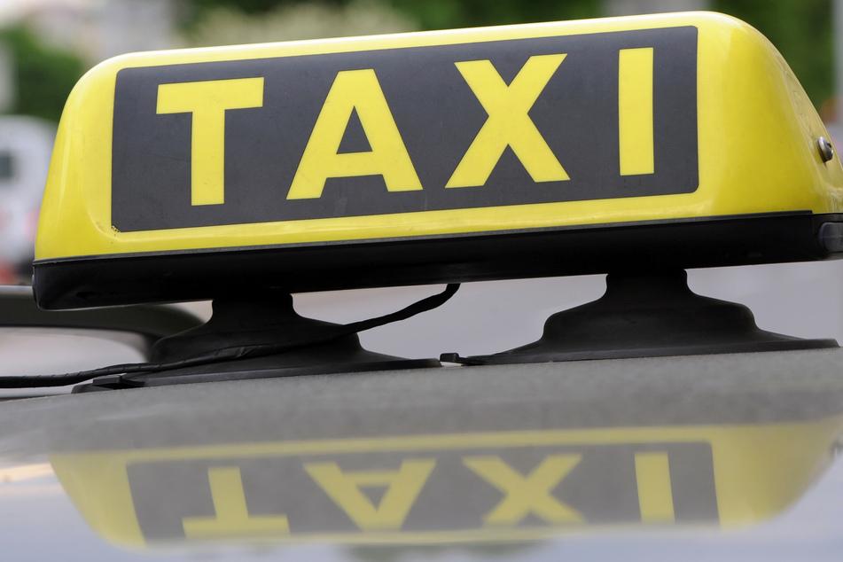 In der Nacht zu Sonntag wurde in Chemnitz ein Taxifahrer von einer Gruppe junger Männer angegriffen und verletzt. (Symbolbild)