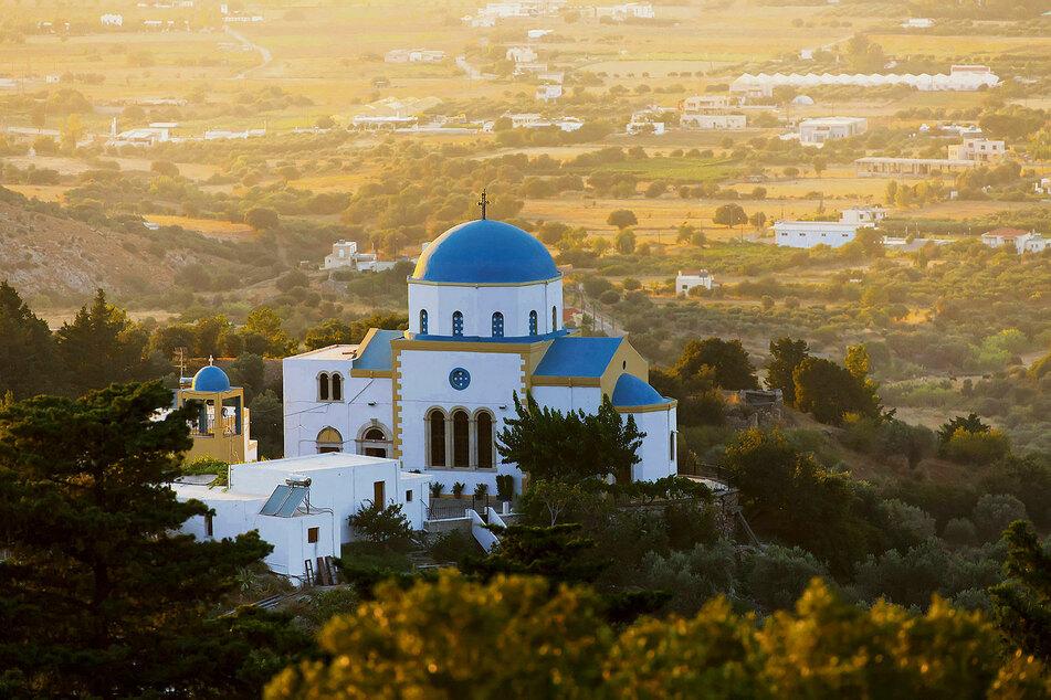 Von außen schlicht, im Inneren farbenfroh im byzantinischen Stil bemalt: die orthodoxe Kirche von Zia in 300 Metern Höhe.