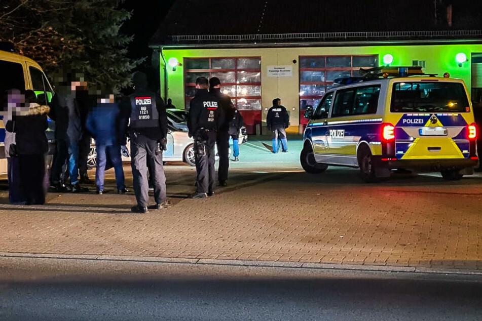 Die Polizei hat am Sonntagnachmittag an der Anschlussstelle Kremmen einen Hochzeitskonvoi aus dem Verkehr gezogen und kontrolliert.