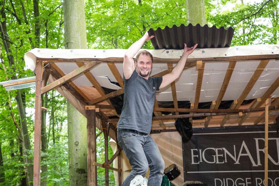 Sänger Peter Fehse (34) auf der Leiter - vorm Konzert bekommt die Bühne noch ein neues Dach.