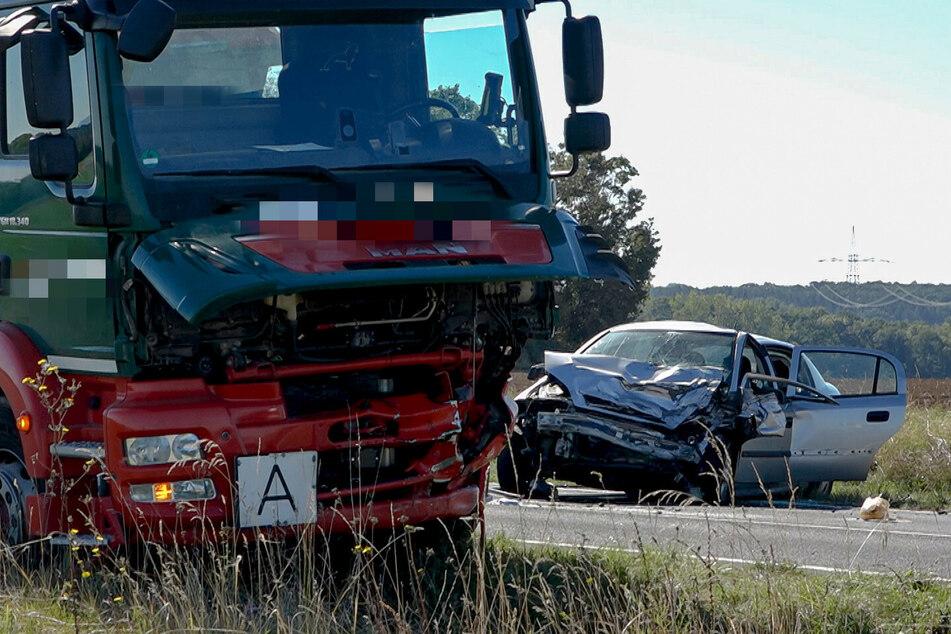Die 55-jährige Opel-Fahrerin verstarb noch am Unfallort.
