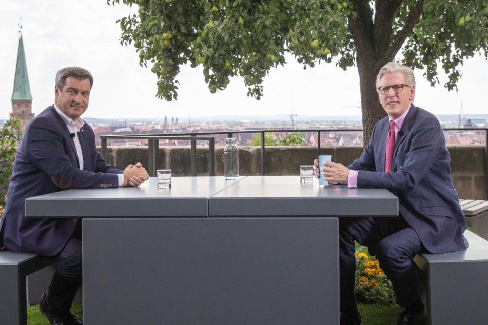 ZDF-Moderator Theo Koll (r) und Markus Söder unterhalten sich während der Aufzeichnung der Sendung.