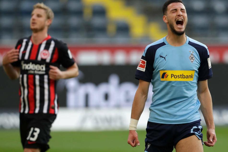 Rami Bensebaini von Mönchengladbach jubelt nach seinem Elfmeter zum zwischenzeitlichen 3:0 neben Frankfurts Martin Hinteregger.