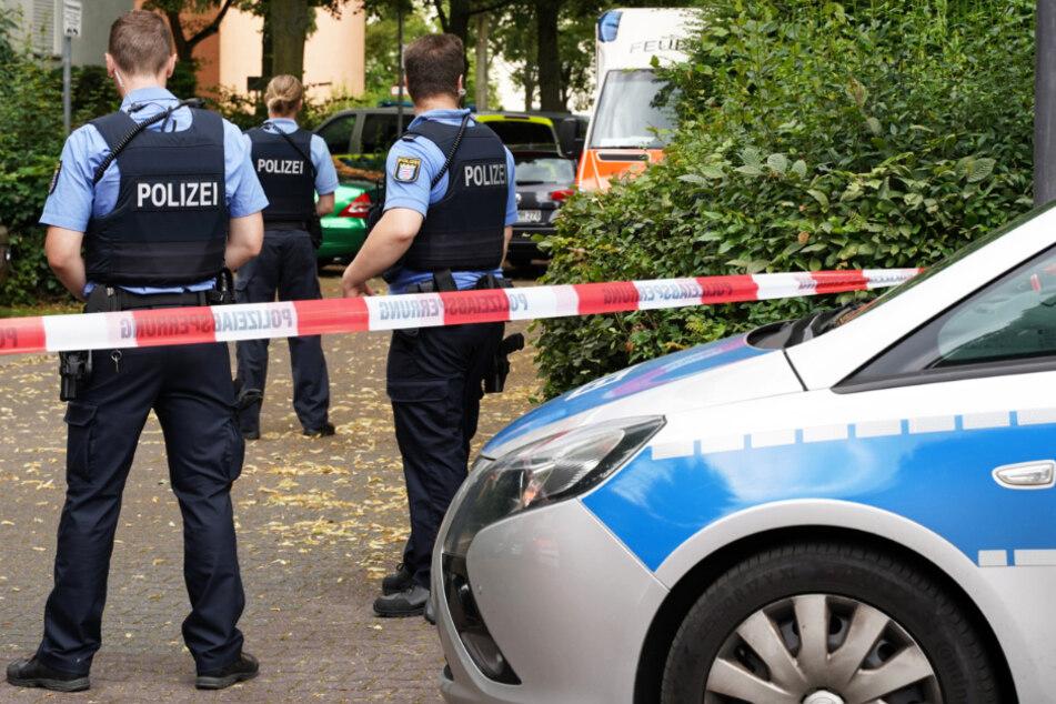 Das Foto zeigt Polizei-Beamte in Offenbach-Bürgel.