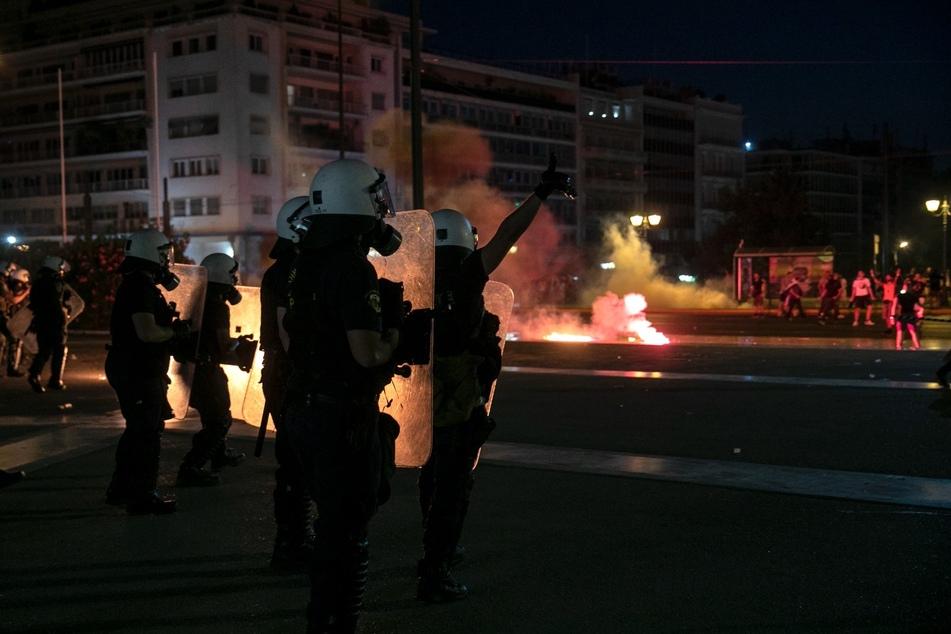 Polizisten sind bei einer Demonstration von Impfgegnern in Athen im Einsatz. Tausende Menschen protestierten gegen die Maßnahmen der griechischen Regierung, um die steigenden Corona-Infektionen einzudämmen und die Impfungen in dem Land voranzutreiben.
