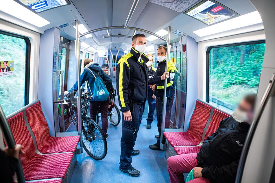 Mitarbeiter der Hamburger Hochbahn-Wache kontrollieren die Einhaltung der Maskenpflicht in einer U-Bahn.