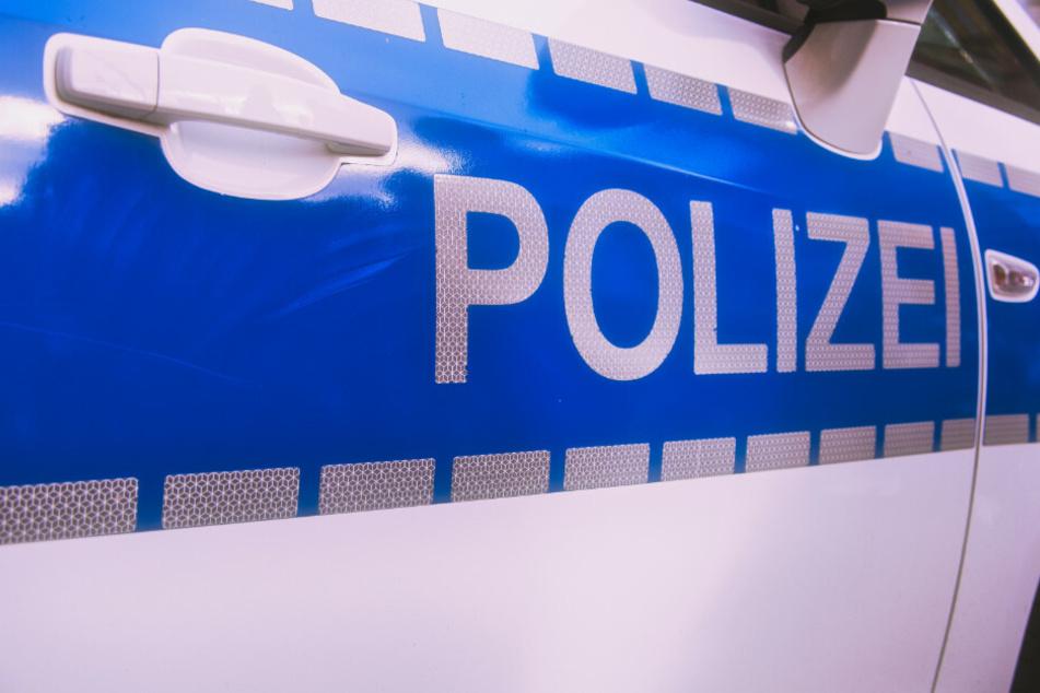 Autofahrer rast auf Polizisten zu, dann fallen Schüsse