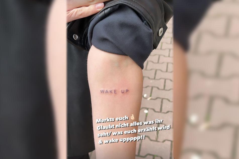 """""""Merkts euch 🤞🏻"""", beginnt Larissa Neumann die Erklärung des Tattoos auf ihrem Unterarm."""