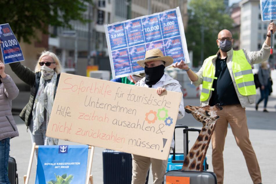 Mitarbeiter der Touristikbranche demonstrieren auf der Hauptwache für staatliche Unterstützung in Zeiten der Corona-Pandemie.