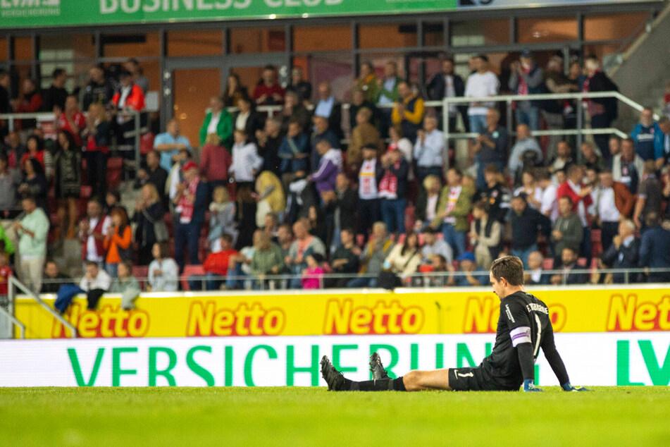 Nach dem Schlusspfiff saß Martin Männel (33) enttäuscht auf dem Regensburger. Wenig später zog Aues Torwart-Urgestein aber positive Schlüsse.