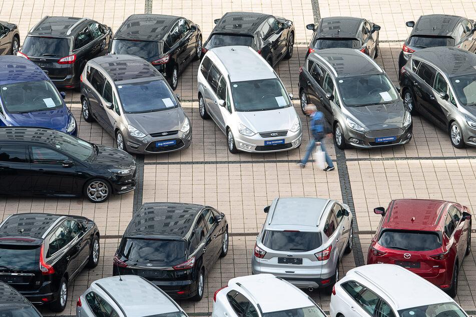 Autohäuser blieben im März besonders häufig auf ihren Fahrzeugen sitzen.