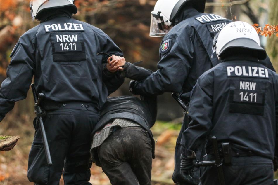 Die Polizei ist seit einiger Zeit dabei, den Dannenröder Forst zu Räumen.