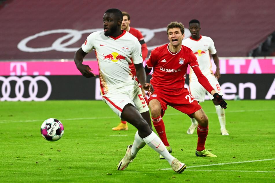 Ab der kommenden Saison wird Upamecano nicht gegen, sondern mit Thomas Müller (31) kicken. (Archivbild)