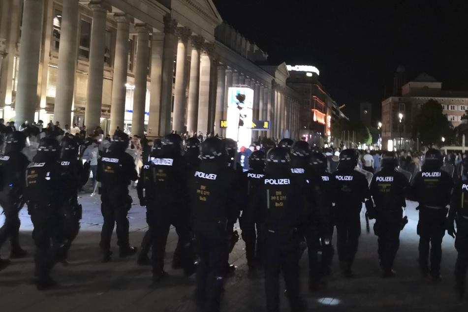 Großeinsatz bei Ansammlungen in Stuttgart: Fünf Polizisten verletzt