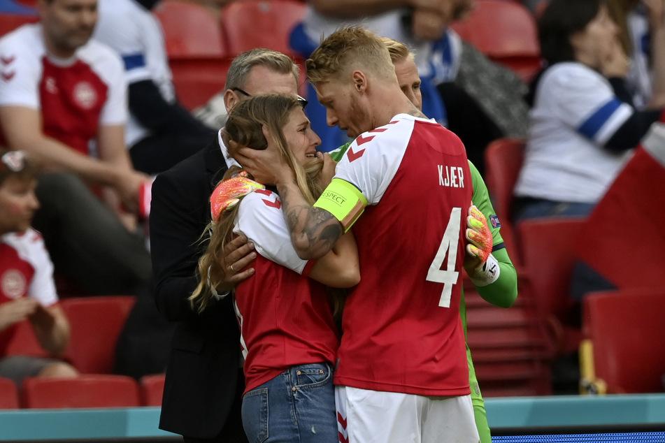 Simon Kjaer (32) tröstete Eriksens Freundin Sabrina Kvist Jensen am Spielfeldrand.