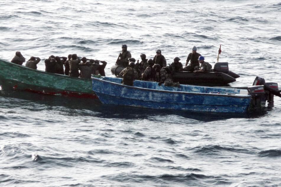 Piraten haben sich dem Containerschiff mit einem Schnellboot genähert. (Symbolbild).