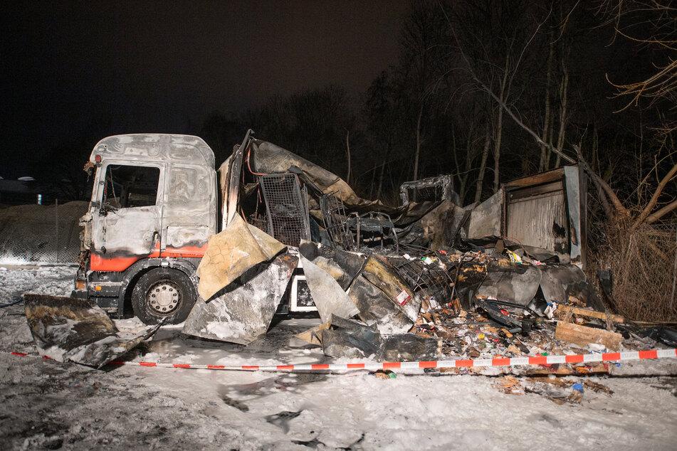 Zwei ausgebrannte Lastwagen stehen auf einem Firmengelände im Hamburger Stadtteil Wilhelmsburg.