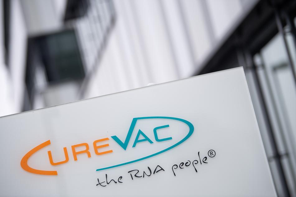 Das Logo des Biotech-Unternehmen Curevac mit dem Slogan «the RNA people» steht an der Unternehmenszentrale.