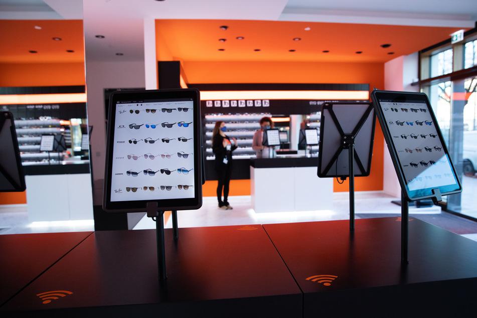 Bei dem Hamburger Optiker sollen Roboter in der Filiale am Ballindamm künftig einige Aufgaben übernehmen.