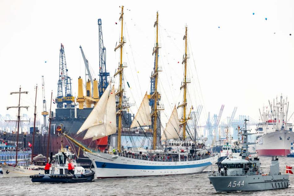 Der russische Großsegler Mir nimnmt mit über 100 anderen Schiffen auf der Elbe an der Einlaufparade zur Eröffnung des 829 Hafengeburtstags teil.