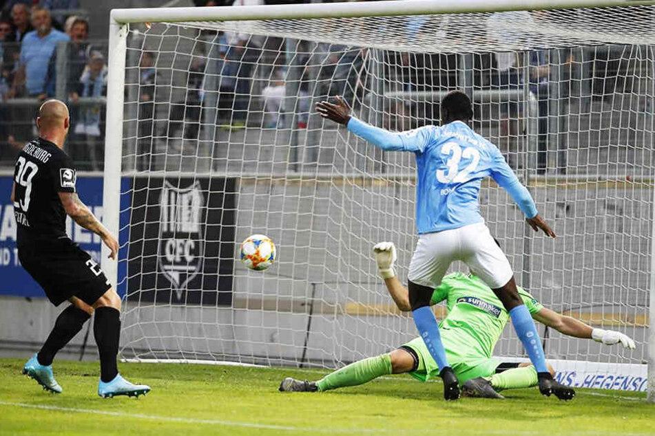 Beim 0:0 gegen Magdeburg hatte Tarsis Bonga den Siegtreffer auf dem Kopf, scheiterte in dieser Szene jedoch am stark reagierenden FCM-Schlussmann Alexander Brunst.