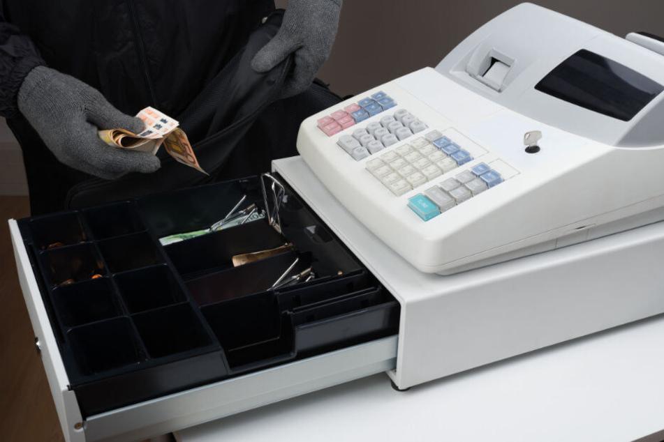 Der etwa 18-Jährige Täter erbeutete bei dem Überfall Bargeld aus der Kasse. (Symbolbild)