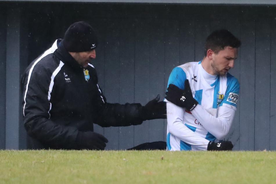 Mit schmerzverzerrtem Gesicht verließ der Mittelfeldmann das Spielfeld.