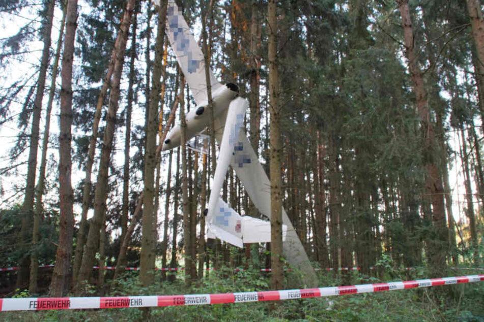 Die völlig demolierte Maschine verfing sich in den Bäumen.
