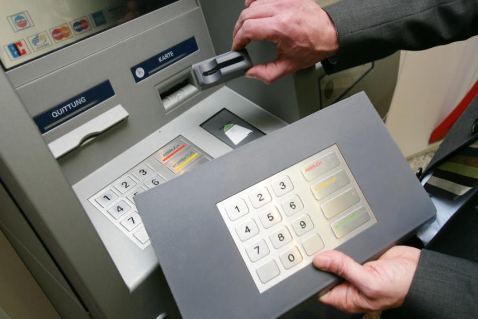 Aufsatz für den Karten-Schlitz und die Tastatur: Schon kommen Ganoven an die Bankdaten. (Archivbild)